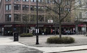 Butiken Ica Supermarket Esplanad är mycket liten och borde inte få ha mer än max 10-15 personer i butiken, skriver