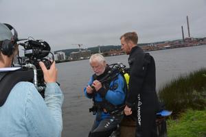 Kjell Andersson och Andreas Voss ska ta flera prover i vattnet.