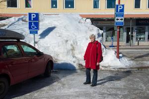 Ingrid Hamrin står på den ena parkeringen men det finns en till. Den andra är under snöhögen.