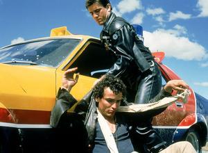 Mad Max (Mel Gibson) griper Johnny the Boy (Tim Burns). Foto: Biografcentralen
