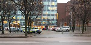 Demonstrationen utanför Migrationsverket protesterade mot ett utvisningsbeslut av en flicka som studerar vid Kunskapsgymnasiet i Västerås.