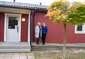 """""""Eleverna här måste känna att det får ta till sig av undervisningen i sin takt. Många behöver också en lugnare och tryggare miljö att vistas i"""", säger Lena Ottosson, här till höger i bild, bredvid henne Åsa Östergren, speciallärare."""