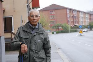 Voitto Irmrot har blivit påkörd av både cykel och mopet på Västra Nobelgatans trottoar - nu vill han att kommunen ser över trafiksituationen.