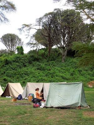 På Fisherman's Camp vid Naivasha-sjön är det enkelt boende i tvåmanstält som gäller. Kristin Rosendahl är på väg in till sitt. Foto: Kjell Ahnfelt