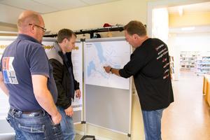 Lars Björk och Erik Andersson lyssnar på Clemens Ludvigsson som berättar om förslagen.