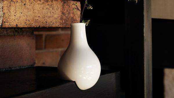 Ivana Králiková har designat vasen vars mage hänger över kanten.