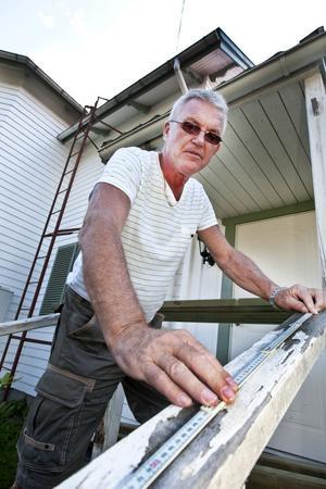 KNEGAR VIDARE. Nisse Hyson blev pensionär under sommaren. Men han tänker inte sluta arbeta för det. I stället har han bestämt sig för att dryga ut pensionen med att jobba åt företaget Veterankraft som just etablerat sig i Gästrikland.