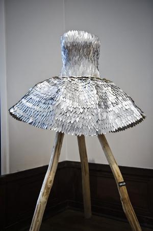 Klänningen är gjord av läskburkar.
