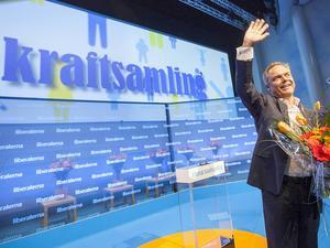 Jan Björklund tar emot stående ovationer efter sitt brandtal om liberalismen och Folkpartiets förnyelse.