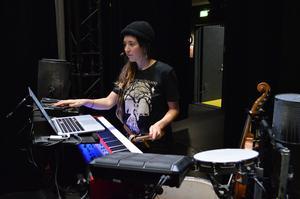 Här på Stora Scenen på Dalateatern testar Thea Åslund ljudet inför första föreställningen.