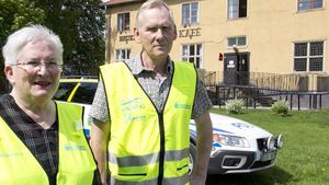 Polisvolontärerna Anita Lilja-Stenholm och Leif Åhs.