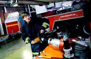 När ung-redaktionens reporter Adam Rindeskär testar yrket brandman får han bland annat hålla i den hydrauliska sax som används för att klippa upp biltak. Han konstaterar snabbt att dess tyngd står i direkt proportion till dess kraft.