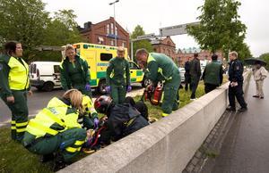 En motorcyklist körde omkull utanför brandstationen i Gävle och fick föras till sjukhus. Bara en liten stund senare försöker två narkotikapåverkade män stjäla hans motorcykel, men stoppas. Då flyr den ena mannen upp på taket på Thoren Business School, men grips där av polis.