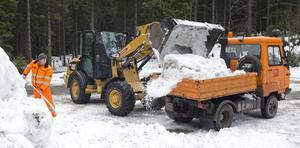 Snö transporteras till tävlingsbanorna inför Tour de ski.