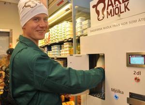 Olov Östling hade fullt upp att tappa upp flaskor ur automaten.