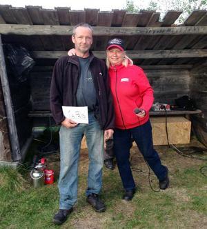 Lars Westlund från Herrö som tog hem detta pris med en sammanlagd mängd fisk på 6559 gram.  Grattas här av speakern Helen Lundberg