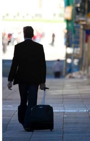 En man i sina bästa år vill inte gärna tänka på att flygresorna jorden runt ger stora utsläpp av växthusgaser - det vill säga en allt varmare planet.                   Foto: LTF Media