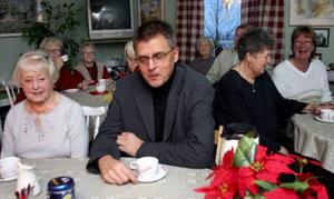 Landstingspolitikern Benny Eriksson (s) träffade pensionärer på hemmaplan när han besökte anhörigcenter i Timrå. På höger sida sitter Emmy Forslund, en av flera som besökte mötet.