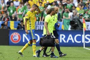 En skadad Mikael Lustig lämnar matchen mot Irland.