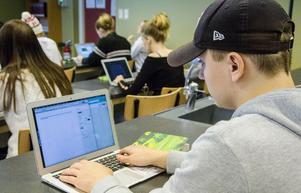 Eleverna skriver i sin egen läslogg innan kommentarerna läggs ut på facebook.