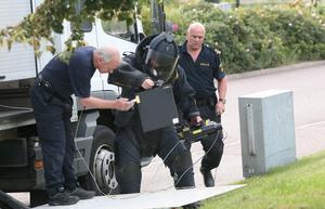 Står still. Polisens utredning av bombhotet leder ingenvart. Här ses den bombgrupp från Stockholm som tillkallades förra fredagen. Det de gör är att iordningsställa röntgenkameran för den väska som misstänktes innehålla en bomb. Nu tror polisen att väskan tillhört ett barn som glömt den på restaurangen samma kväll som någon ringde in hotet. Foto:Thomas Isaksson