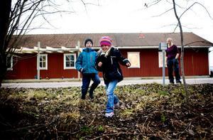 Barnen Malte och Milda tillsammans med mamma Cia utanför nya förskolan i Torsång.