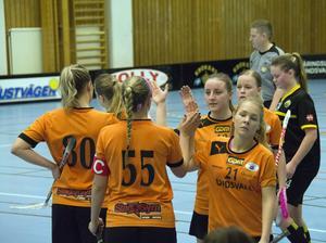 Clara Westman (21) och Lina Hägg gratuleras efter det avgörande 6–7-målet.