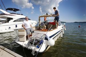 Lennart Jernfast från Österåker tvättar regelbunden botten på sin båt. Med finns sönerna Marcus (skymd) och Morgan.