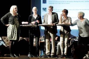 Kommunpolitiker och riksdagskandidater i livlig diskussion under onsdagseftermiddagens valdebatt, här Marie Nordén (S), Saila Quicklund (M), Per Åsling(C), Kerstin Weimer (FP) och  Mona-Lisa Norrman (V). Foto: Henrik Flygare