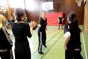 Bollkollen blir bättre och bättre. I går hade Ekeby Kumla Basket träningsdag i Fylstaskolans gymnastiksal. Bild: JAN WIJK