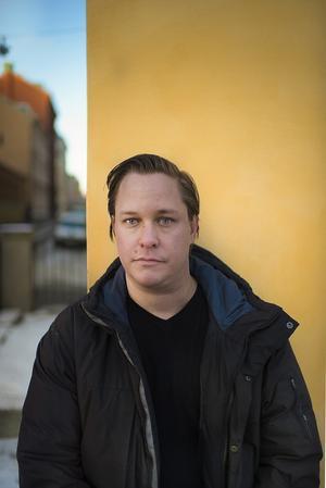 Utifrån tillgänglig källor men också sina egna minnen gör Thom Lundberg, årets mottagare av Borås Tidnings Debutantpris, ett skriftspråk av resandefolkets romani.