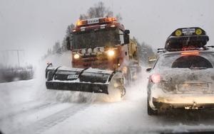 Köerna ringlade sig långa i det besvärliga väglaget. Sikten var dålig på grund av snörök.