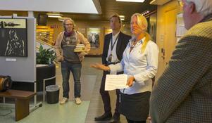 – Jag är stolt över det vi har att visa upp, sa Carina Nilsson, chef för Förvaltningen för bildning, fritid och kultur, när hon invigde vernissagen med kommunens kronjuveler. Och kom ihåg, när ni tittar på utställningen, att smaken är som baken, avslutade hon. Här flankeras hon av Patrik Byström och Mats Haldosén.