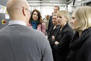 Produktionschef Fredrik Karlsson ger information om hur företaget gick till väga i sin miljösatsning på sin nya energicentral.