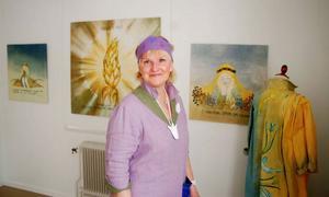 """Maria Lilja ställer ut sin konst på Galleri Katten i Strömsund. """"Livets fåglar"""" heter utställningen och varje ve\rk baseras på ett budskap från ett möte med en människa. Foto: Catarina Montell"""