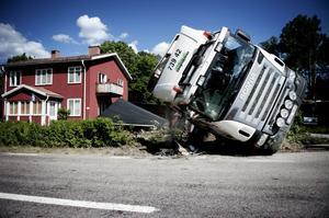 Timmerbilen välte och på gården låg lasten som plockepinn.
