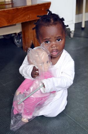 En aidssjuk flicka har fått en docka.Foto: Privat