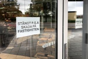 Stor förödelse tvingar COOP Haga att hålla stängt hela söndagen efter att en bil kraschat in i butiken sent på lördagskvällen.