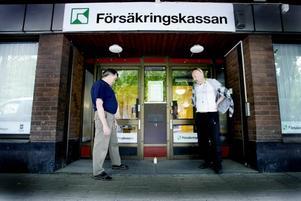 PROTEST. Hoforsbon Ulf Lindman och Mats Eriksson från Sandviken manifesterade utanför försäkringskassan i Gävle i går. De är båda medlemmar i föreningen Resurs som jobbar för sjuka och utsattas rätt i samhället och protesterar genom att tända ett gravljus till minne av en person som tog livet av sig efter att har utförsäkrats.