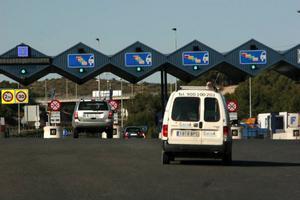 Det är inte gratis att åka på de sydeuropeiska motorvägarna och priserna är olika. Se till ha pengar i beredskap och välj rätt betalstation. En del är helautomatiska och kräver att det finns ett elektroniskt betalkort i bilen.