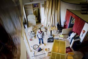 På Brynäs industriområde växer Petter Diamants studio fram som han bygger med lillebror Rasmus och vapendragaren Rikard Sjöblom.