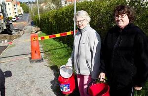 Britt-Marie Öst och Irene Gisselson kommer till Baggargatan för att hämta vatten.