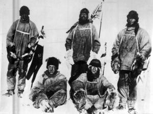 Foton och målningar från den ödesdigra Scott-expeditionen, som ville bli först att nå Sydpolen, ställs ut på Bonhams i London.
