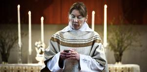 Ulla Karlsson kan bli av med jobbet efter en debattartikel i Kyrkans tidning. Nästa vecka avgör domkapitlet ärendet.