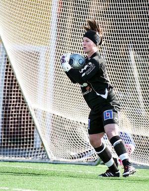 Angelica Bengtsson mellan stolparna i Kvarnsvedens mål på en bild från 2012.