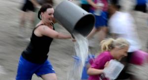 Vattenkrig är en av många ungdomsaktiviteter i Sollöefteå i sommar.