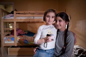 Mona och Leyla Jasharli får permanent uppehållstillstånd. Nu slipper de att oroa sig för att polisen ska komma och hämta dem, som Mona uttryckte det i en artikel tidigare i höstas. Arkivbild.