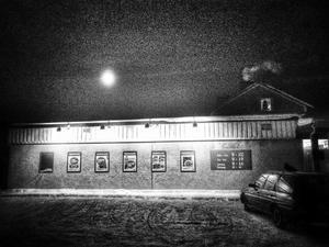 Januari: Kvällning hos Ica-Stig i Änge. Någon eldar upp sig och röken stiger mot månhimlen. Snart sängdags.