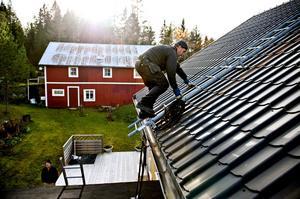 Lars Nilsson i Nyland får sin skorsten sotad inför vintern.