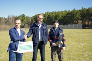 Gefle Football Club fick ta emot ett stipendium på 10 000 kronor från Skandia. Här är tränaren och grundaren till GFC Jesper Hansson tillsammans med Ulf Johansson från Skandia samt lagkapten Klas Bergander.
